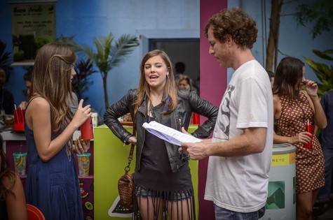 Bruna Hamú e Alice Wegmann são orientadas pelo diretor Fábio Strazzer nas gravações de Malhação (Foto: Alex Carvalho/TV Globo)