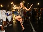 Com vestido curtinho, Cacau Colucci mostra samba no pé