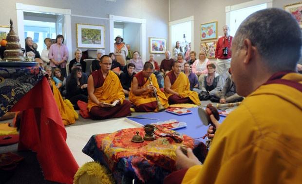 Monges durante cerimônia que inicia a construção da mandala em museu dos EUA (Foto: The Sun News, Charles Slate/AP)