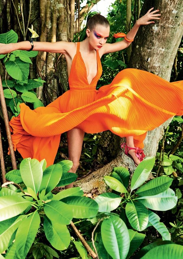 Vestido, Haider Ackermann. Pulseiras de tecido, Loewe; rasteiras, Aquazzura.  (Foto: Giampaolo Sgura)