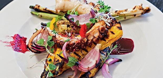 Polvo grelhado com mandioquinha e legumes  (Foto: Lufe Gomes/Casa e Comida)