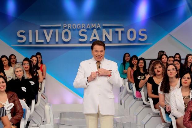 Silvio Santos simula troca de roupa no palco do programa (Foto: Lourival Ribeiro/SBT)