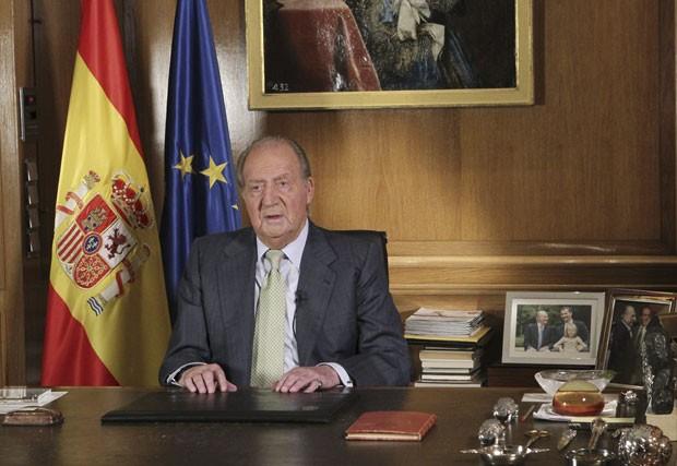 O Rei Juan Carlos da Espanha durante anúncio de sua abdicação nesta segunda-feira (2) (Foto: Spanish Royal Palace/AP)