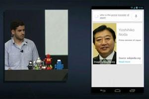 """Em demonstração, o Google perguntou """"quem é o primeiro ministro do Japão"""" e o celular respondeu, dizendo o nome e mostrando na tela mais informações. (Foto: Reprodução)"""