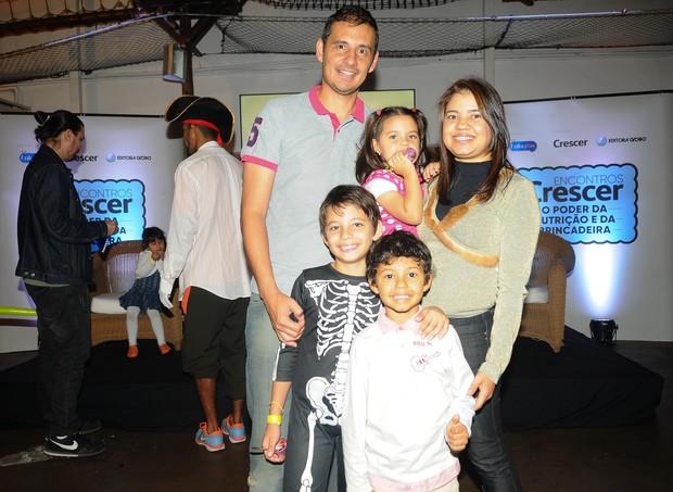A convidada Edilene Gualberto, 37, com os filhos e o marido  (Foto: Rafael Jota/Ed. Globo)