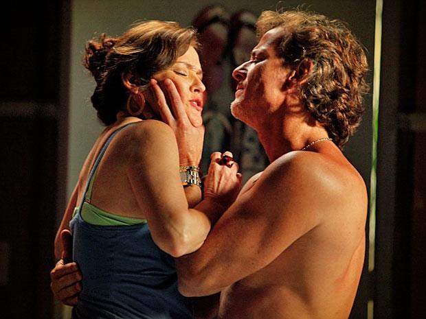 Ele pressiona antiga amante a pedido de Carminha (Foto: Avenida Brasil/ TV Globo)