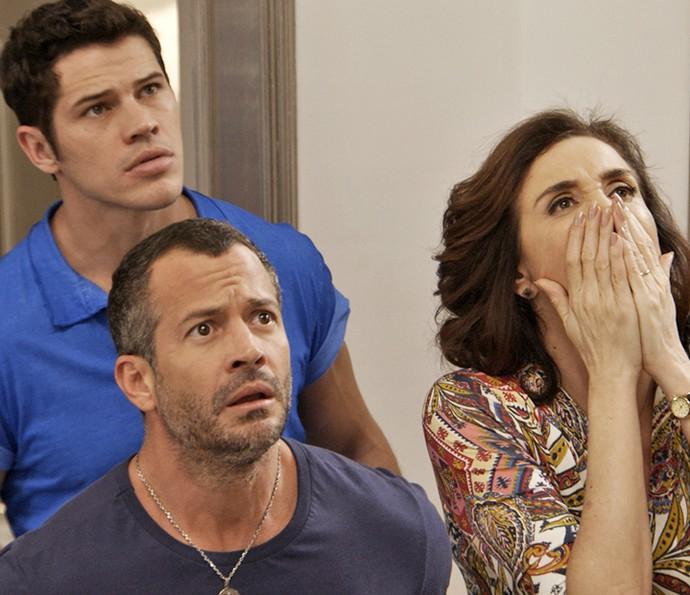 Apolo, Adônis e Francesca se assustam ao verem Tancinha e Fedora bringando (Foto: TV Globo)