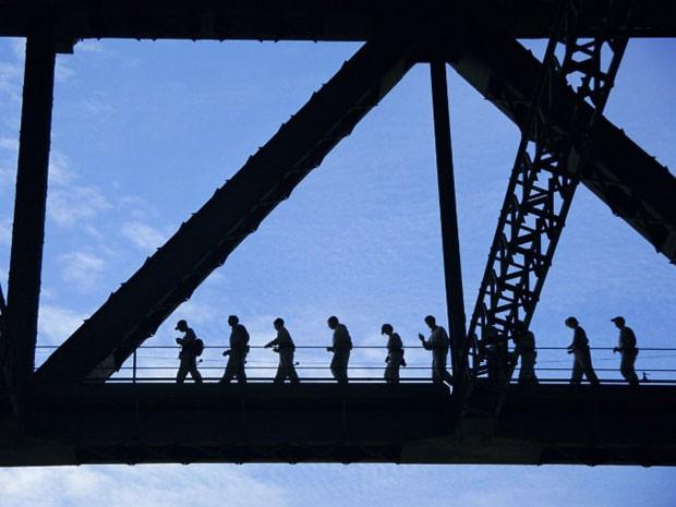 Silhueta dos participantes do passeio na Harbour Bridge (Foto: Ken Gillham / Robert Harding Premium / Robert Harding/ AFP)