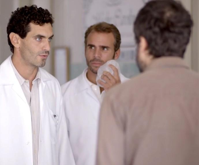 Dr. Germano diz para Gael e Duca que eles chegaram tarde demais (Foto: Globo)