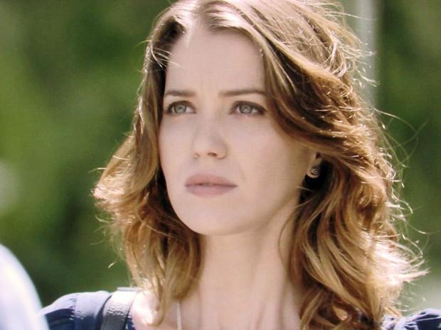 Laura fica acuada com insistência do ex para saber a verdade (Foto: TV Globo)