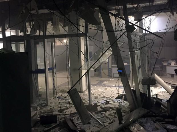Grupo explodiu caixas eletrônicos de banco em Cássia, MG, na madrugada desta quarta-feira (5) (Foto: Polícia Militar/Cássia)