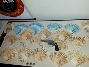 Dinheiro estava enterrado em Divinópolis (Foto: Polícia Militar/Divulgação)