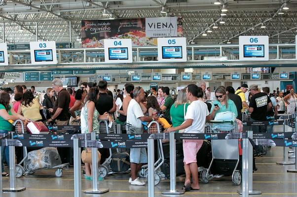 CAOS AÉREO Movimento no Galeão, no Rio de Janeiro. As melhorias nos aeroportos não deverão ficar  prontas a tempo  (Foto: Ale Silva/Futura Press/Folhapres)