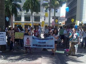 Grupo no Centro de Campinas com faixas sobre parto humanizado  (Foto: Renata Olah/ VC no G1)