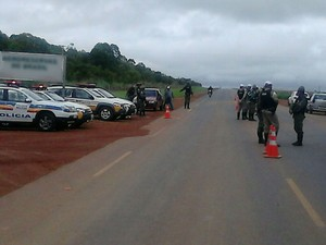 Policiais de Unaí, Arinos e Buritis participaram da ação, além de agentes do DER. (Foto: Adelto Castro/PM)