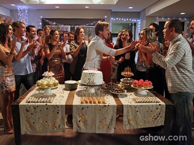 Marcelo liga para Pri e junto com os convidados canta parabéns para a ruiva (Foto: Carol Caminha/TV Globo)