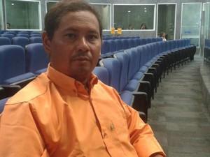 Taxista Clelde Alves Cardoso foi assaltado e teve até a habilitação rasgada  (Foto: Gustavo Almeida/G1)