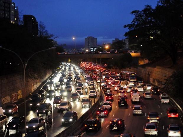 Lentidão na Avenida 23 de Maio na noite desta sexta-feira  (Foto: Cris Faga/ AE)