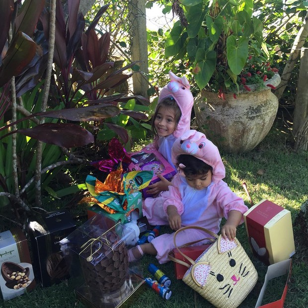 Daniela Albuquerque mostra filhas na caça aos ovos (Foto: Instagram / Reprodução)