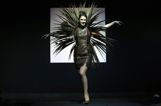 Vestidos com desenhos curiosos e feito com o doce foram exibidos por modelos durante o evento (Foto: Francois LenoirAP)