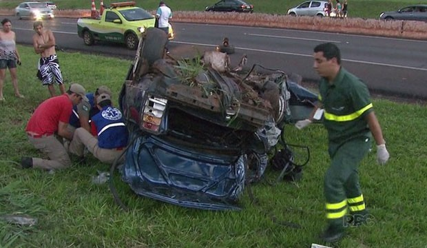 No domingo, em Foz do Iguaçu, motorista morreu após capotamento  (Foto: Reprodução/RPC)
