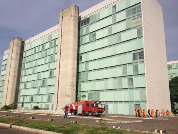 Equipe de bombeiros vasculham acesso ao Ministério do Esporte, onde equipamento de energia explodiu e matou eletricista (Foto: Nathalia Passarinho/G1)