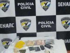 Drogas e dinheiro foram apreendidos na casa dos suspeitos (Foto: Divulgação/SSP)