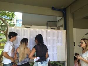 Candidatos conferem as salas no mural colocado no CTC, em Florianópolis (Foto: Joana Caldas/G1)
