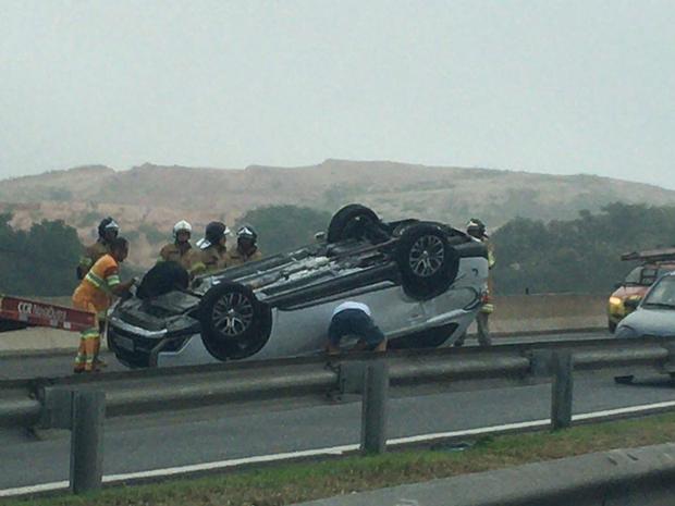 Carro capotou na altura do km 293, no sentido São Paulo (Foto: Cosme Elton dos Santos Mattos/Arquivo Pessoal)