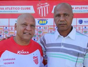 Reinaldo, técnico do Villa Nova, e Luizinho  (Foto: Ana Paula Moreira / Globoesporte.com)