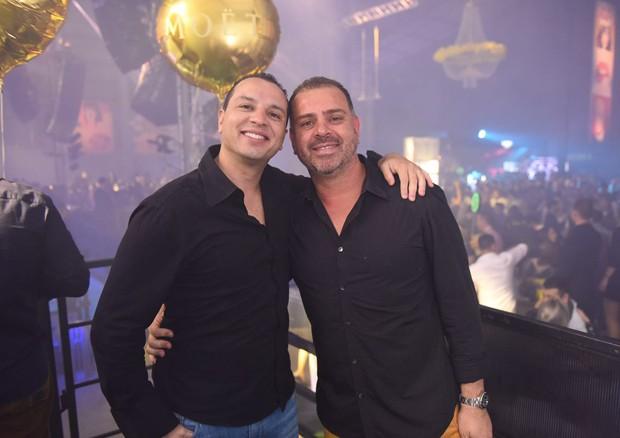 O empresário Douglas Ramos de Oliveira, dono da Label Carpe Vita (à direita na foto), ao lado do irmão Diogo  (Foto: Divulgação)