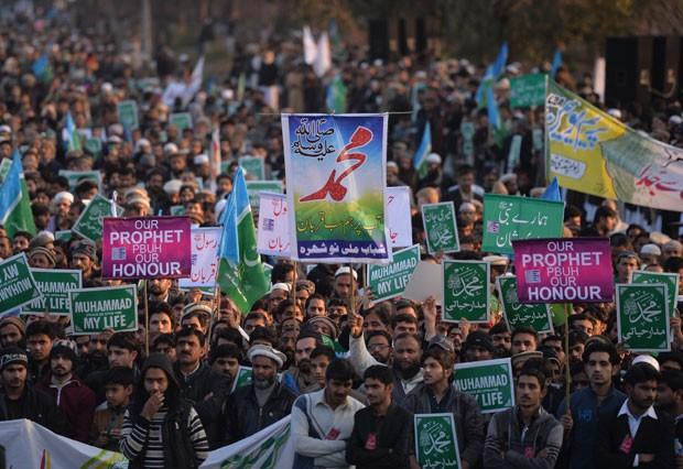 """Milhares de pessoas foram às ruas de Islamabad em protesto contra o jornal francês """"Charlie Hebdo"""" nesta sexta-feira (23) (Foto: Aamir Qureshi/AFP)"""