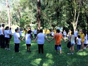 Calouros e alunos da Acorde realizaram brincadeira no Parque Ecológico (Foto: Fabio Rodrigues/G1)