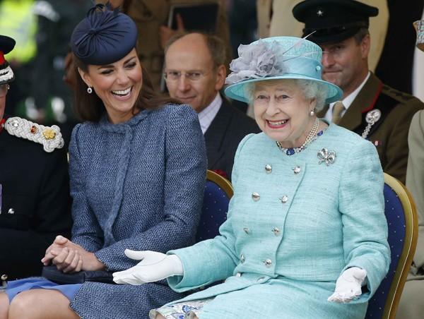 Kate Middleton e a rainha Elizabeth II não dispensam chapeus em eventos formais diurnos (Foto: Getty Images)