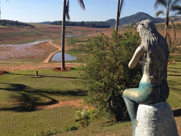 Na Represa Jaguari-Jacareí, nível da água cai cerca de 10 cm ao dia, segundo o dono de uma marina que usa as águas do local (Foto: Ana Carolina Moreno/G1)
