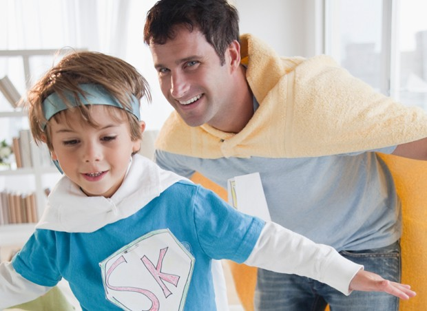 pai e filho brincando (Foto: Getty Images)