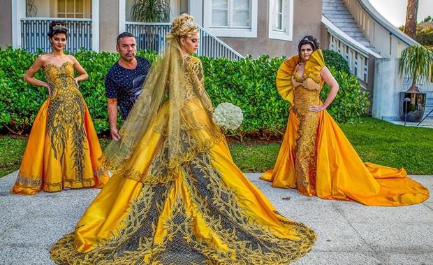 O estilista Edson Eddel com seus modelos (Foto: Raul Portugal / Divulgação)