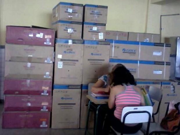 Aparelhos de ar-condicionado permanecem empilhados em sala de aula (Foto: Reprodução/TV Gazeta)