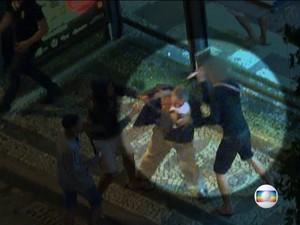 JN flagra homem sendo esfaqueado e outros ataques no Centro do Rio (Foto: Reprodução/TV Globo)