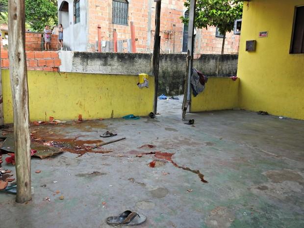 Vítima foi espancada e ferida com golpes de gargalos de garrafas  (Foto: Adneison Severiano/G1 AM)