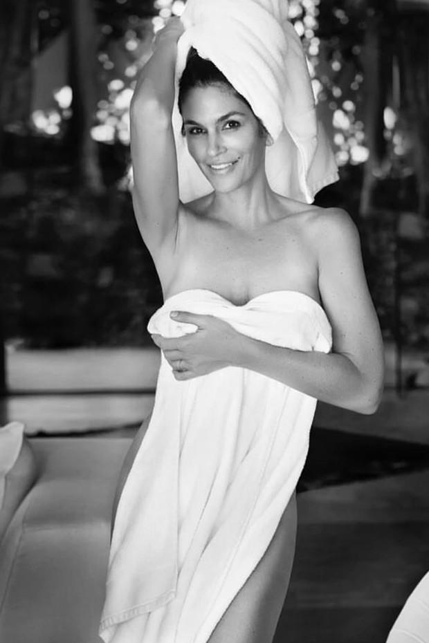 Cindy Crawford posa só de toalha aos 50 anos (Foto: Reprodução/Instagram)