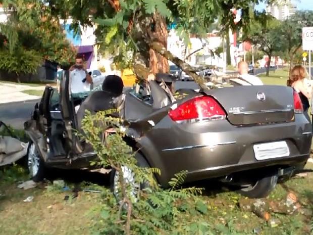 Carro ficou destruído após colisão com árvore em Franca; três pessoas morreram (Foto: Reprodução/EPTV)