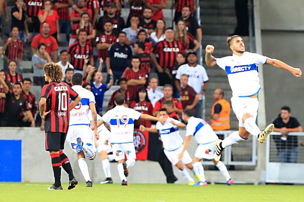 Na primeira rodada, Católica arrancou empate diante do Atlético-PR na Arena da Baixada  (Foto: Albari Rosa/Gazeta do Povo)