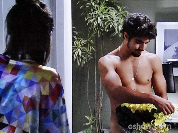 Sem roupa, Michel seduz Patrícia (Foto: Amor à Vida/TV Globo)