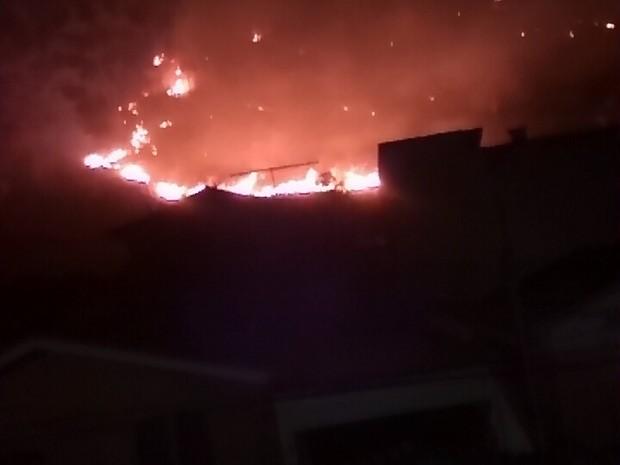 Fogo na mata no bairro Novo Horizonte está próximo as casas (Foto: Túlio Almeida / Vc no G1)
