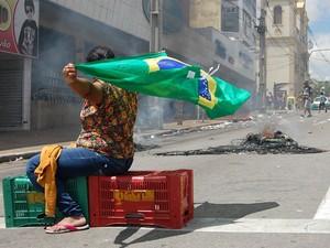 Comerciantes ambulantes tocaram fogo em pneus para interromper trânsito em vias de Campina Grande, na Paraíba (Foto: Diogo Almeida / G1)