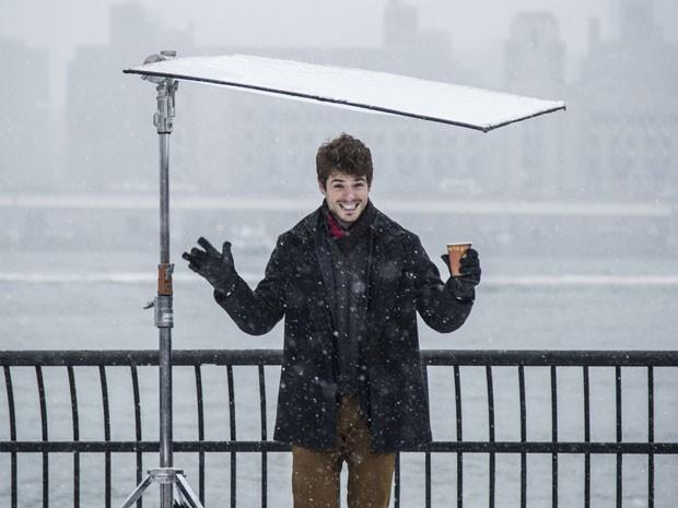 Maurício Destri se protege da neve em NY (Foto: Raphael Dias/Gshow)