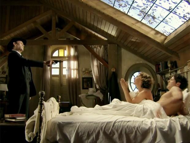 Jesuíno dispara contra os amantes na cama (Foto: Gabriela / TV Globo)