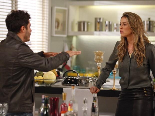 Zenon se faz de santo e finge para Vânia que suas mãos tremendo de nervosismo (Foto: Guerra dos Sexos / TV Globo)