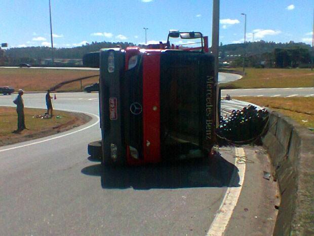 Carreta carregada com canos de PVC tombou no sentido Belo Horizonte (Foto: Daniel Xavier dos Reis)